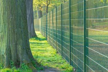 Eine Grundstücksgrenze an Zaun