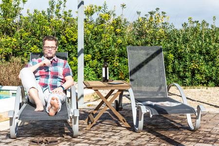 Mann macht Urlaub auf Finca und entspannt sich